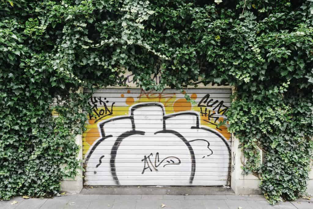 Usuwanie graffiti. Czyszczenie ścian z niechcianych napisów? Prosty sposób na graffiti.