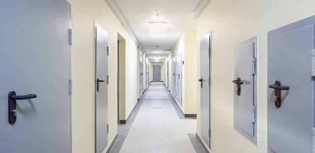Sprzątanie korytarzy myjnią parową