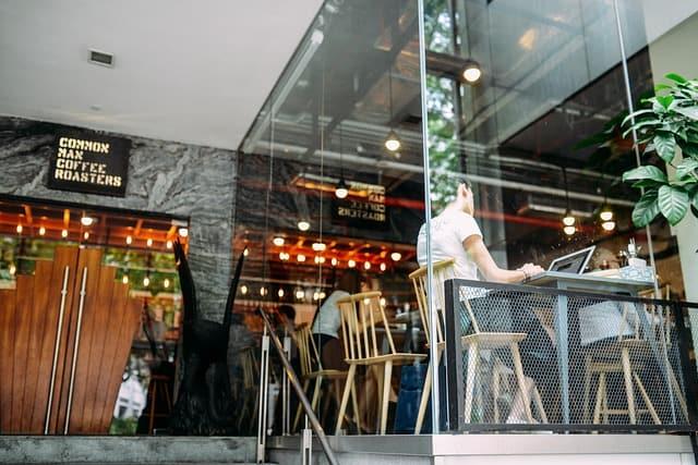 Mycie okien restauracji
