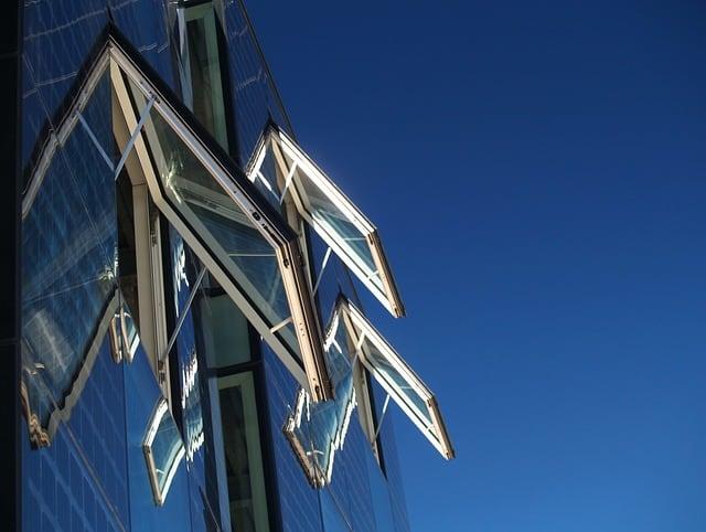 Mycie okien i witryn przemysłowych myjnią parową