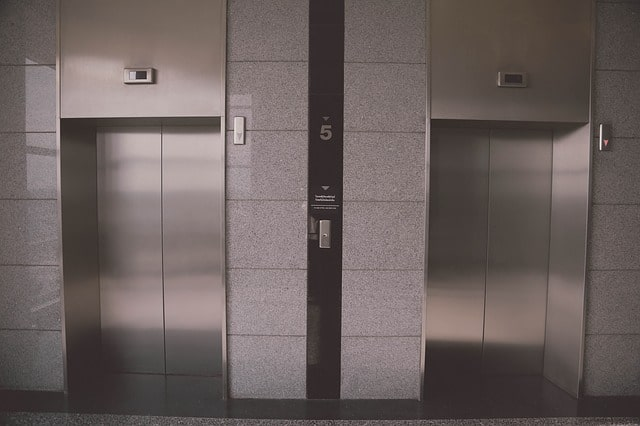 Czyszczenie windy myjnią parową